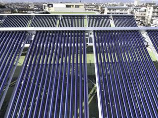 屋上に設置された太陽集熱器