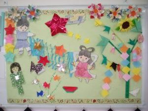 毎月の行事に合わせて壁紙を手作りしています。  7月は七夕、金魚、ひまわりがテーマ